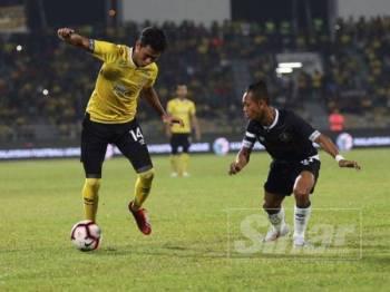 Pemain Perak, Firdaus Saiyyadi cuba melepasi kawalan pertahanan Pahang, Mohd Faizal Rosli pada aksi separuh akhir Shopee Piala FA 2019 di Stadium Perak 29 Jun lalu.- Foto: Perak FA