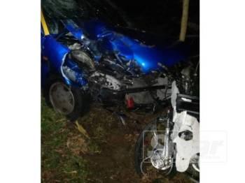 Keadaan kedua-dua kenderaan terbabit selepas terlibat kemalangan di KM12, Jalan Endau Mersing malam tadi.