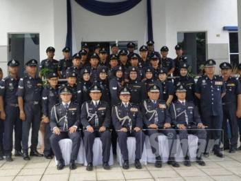 Ketua Polis Kuala Lumpur, Datuk Seri Mazlan Lazim (duduk, tengah) bersama pegawai dan anggota Balai Polis Bukit Jalil.