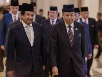 Sultan Selangor Sultan Sharafuddin Idris Shah dan Sultan Terengganu Sultan Mizan Zainal Abidin (kiri) berangkat tiba pada Mesyuarat Majlis Raja-Raja ke-254 di Istana Negara hari ini. - Foto BERNAMA