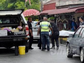 Anggota forensik mengusung mayat wanita yang mati ditikam oleh suaminya di Taman Seri Duyong Fasa 2, di.sini hari ini.