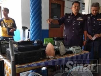 Mohd Ali (dua dari kanan) menunjukkan sebahagian barangan yang ditemui di rumah suspek dipercayai dicuri dari kediaman yang dipecah masuk ketika sidang media di Balai Polis Ampang Baru, di sini hari ini.