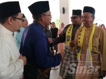 Mohd Ariff (kanan), berbual bersama tetamu pada majlis berkenaan.