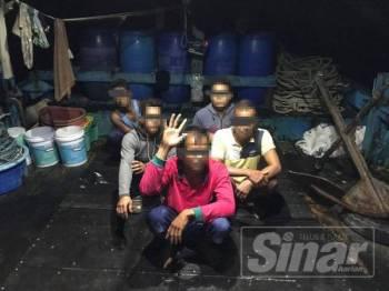 Antara suspek yang ditahan APMM Selangor dalam operasi yang dilakukan di perairan Tanjong Karang pagi tadi.