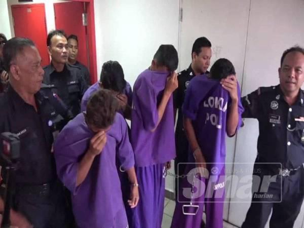Kesemua tertuduh di bawa keluar dari kamar Mahkamah Sesyen Kuala Terengganu hari ini selepas selesai pertuduhan dibacakan.