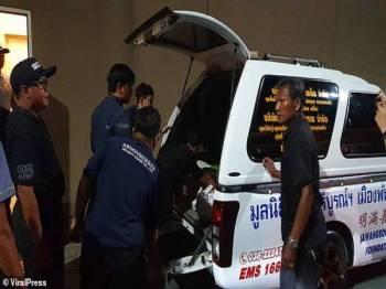 Mayat pesara berusia 77 tahun yang meninggal dunia dalam sebuah panggung wayang di Pattaya, Thailand dibawa masuk ke dalam ambulans.