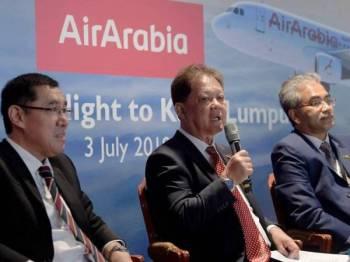 Datuk Mohammadin Ketapi (tengah) ketika sidang media pada majlis menyambut ketibaan pertama pesawat Air Arabia di Lapangan Terbang Antarabangsa Kuala Lumpur (KLIA) hari ini. Foto: Bernama
