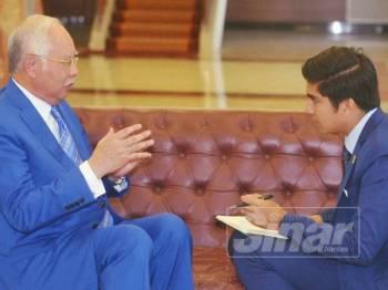 Ahli Parlimen Pekan, Datuk Seri Najib Tun Razak berbincang dengan Menteri Belia dan Sukan Syed Saddiq Syed Abdul Rahman di Parlimen. Foto Sinar Harian/Rosli Talib