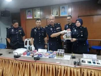 Aidi Sham Mohamed (tengah) menunjukan penukul ais yang digunakan suspek untuk menyamun sebuah kedai serbaneka 24 jam pada sidang media di IPD Port Dickson.