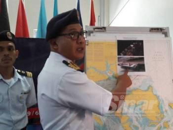 Mohd Zulfadli menunjukan bot pancung yang digunakan PATI berkenaan ketika ditahan malam tadi.