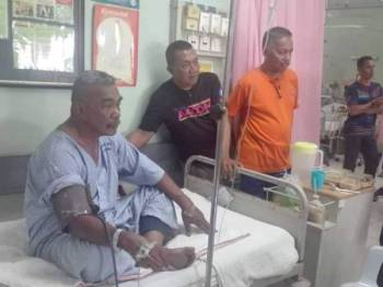 Nasarudin menerima lawatan daripada pegawai dan anggota APM di Hospital Seri Manjung. FOTO - IHSAN PEMBACA
