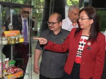 Teresa Kok Suh Sim (kanan) melawat pameran pada Majlis Perasmian Papan Informasi Minyak Sawit di Lapangan Terbang Antarabangsa Kulala Lumpur (KLIA) hari ini. Foto: Bernama