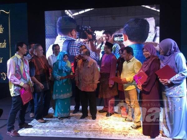 Shamsul (tengah) berbual dengan pengamal media yang diberikan sijil penghargaan, malam tadi.