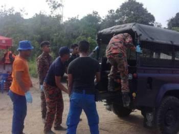 Mayat diserahkan kepada pihak polis untuk tindakan selanjutnya. - Foto ihsan bomba