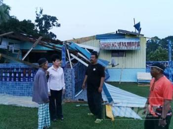 June Leow meninjau keadaan rumah penduduk yang terjejas teruk setelah ribut melanda Felda Soeharto petang tadi.