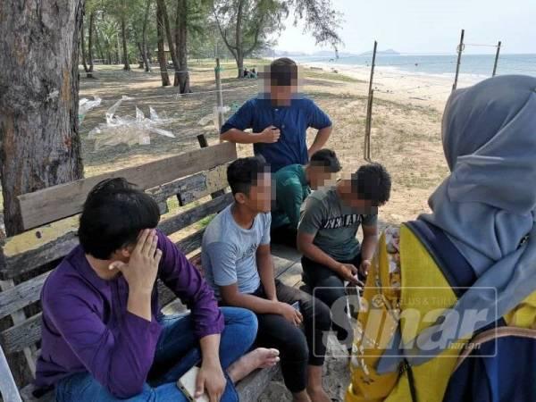 Lima di antara tujuh lelaki yang ditahan kerana ponteng solat Jumaat disoal siasat oleh anggota penguat kuasa terlibat dalam operasi 'Ponteng Solat Jumaat' di Pulau Kekabu, Marang, semalam.
