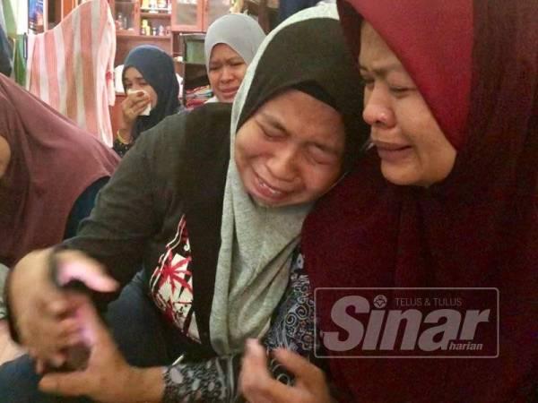 Nik Hasmani dan anak sulungnya, Wan Nurfazleen Amirah, 22, tidak dapat menahan air mata setiap kali menatap gambar Wan Muhammed Adam.