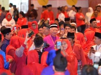 Kehadiran Najib disambut ahli UMNO ketika beliau hadir bagi melancarkan Mesyuarat UMNO Setiawangsa hari ini.  FOTO FACEBOOK DATUK SERI NAJIB TUN RAZAK