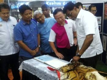 Dr Xavier Jayakumar sedang melihat kulit harimau yang dipamerkan selepas Majlis Perasmian Program Kerajasama AEON-Perhilitan Dalam Kempen Selamatkan Harimau Malaya hari ini. Foto: Bernama