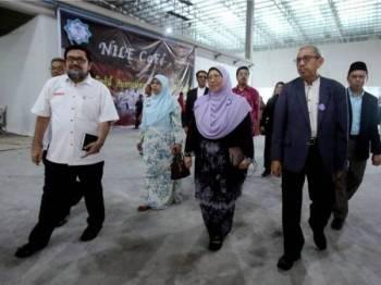 Timbalan Menteri di Jabatan Perdana Menteri Fuziah Salleh (dep dua, kanan) melawat Pusat Beli Belah ASEAN Mall di Pattani, semalam. - Foto Bernama