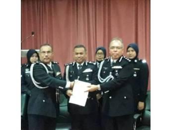Aidi (tengah) menyaksikan penyerahan tugas antara Pemangku KPJKK Superintendan Mohd Aluwi Husain (kiri) kepada Ketua KPJKK Asisten Komisioner Noor Halim Nordin (kanan).