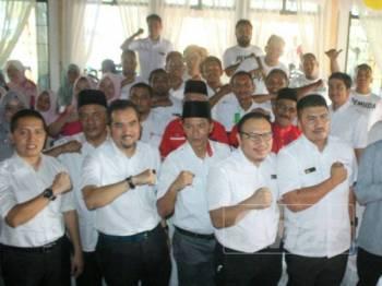 Asyraf Wajdi (dua, kiri di hadapan) bersama Perwakilan Pemuda dan Puteri UMNO Bahagian Pasir Mas serta turut hadir sama wakil dari Pas Pasir Mas.