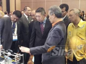 Salahuddin (tengah) melihat peralatan moden untuk sistem pengairan dan seliran selepas merasmikan Persidangan Tahunan Pengairan dan Saliran (Manco) kali ke-23 di Hotel KSL, Johor Bahru, sebentar tadi.