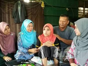 Zulkifli (dua,kanan) serta Siti Rohajar (tiga,kanan) menerima kunjungan Wanita PKR di kediamannya di Kampung Gatal, hari ini.