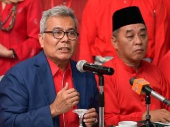 Menteri Pembangunan Usahawan Datuk Seri Mohd Redzuan Mohd Yusof (kiri) pada sidang media berhubung status Parti Pribumi Bersatu Malaysia (Bersatu) Sarawak hari ini. - Foto BERNAMA