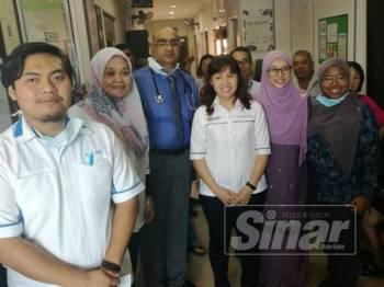 Nie Ching (tengah) melawat 20 penerima PeKa B40 menjalani kesihatan percuma di sebuah klinik di Bandar Putra Kulai hari ini.