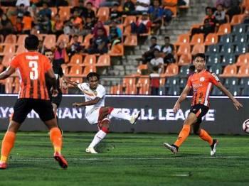 Pemain Selangor Mohd Amri Yahyah (dua kanan) berjaya melakukan rembatan ketika menentang Felda United pada perlawanan Liga Super 2019 di Stadium Tun Abdul Razak (STAR) malam ini. - Foto BERNAMA