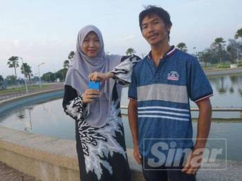 Mohd Nor bersama adiknya, Roszifahti yang digelar Pah atau Pas.