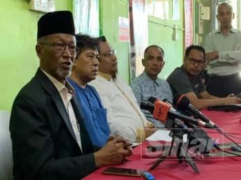 Wan Rahim (kiri) pada sidang akhbar, di sini hari ini.