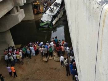 29 orang maut nahas bas dua tingkat di Lebuh raya Yamuna di Agra, India awal pagi tadi. - Foto Siraj Qureshi