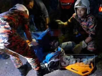 Anggota bomba memberikan rawatan kepada pemandu kereta Proton Wira.