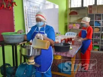 Sebahagian bantuan wanita yang terlibat dengan proses pembuatan sos di Penjara Tapah.