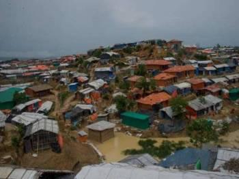 Kira-kira 30 kem pelarian Rohingya sekitar Cox's Bazar terjejas akibat banjir dan tanah runtuh.