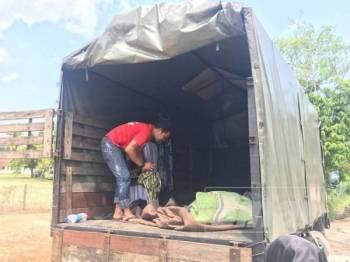 Lori tiga tan yang menjadi tempat lapan sekeluarga bermalam selepas rumah mereka di Kampung Belimbing di Durian Tunggal ditenggelami air.