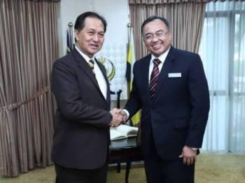 Suadi (kanan) bersama Zainal Azman pada kunjungan hormat berkenaan.- FOTO: MBI