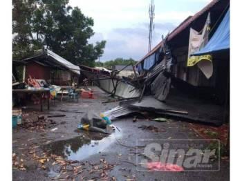 Keadaan pekan Rantau Panjang selepas dilanda ribut petang tadi.