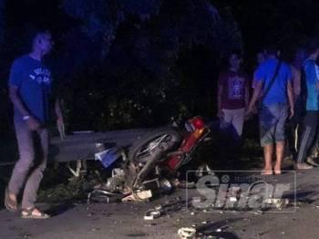 Motosikal mangsa yang remuk akibat kemalangan terbabit malam tadi.