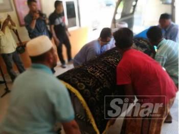 Jenazah salah seorang mangsa yang dibawa keluar dari bilik mayat HTM selepas selesai urusan bedah siasat.