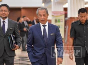 Menteri Dalam Negeri, Tan Sri Muhyiddin Yassin ketika ditemui di lobi Parlimen di sini hari ini. - FOTO SHARIFUDIN ABDUL RAHIM