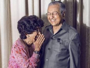 Gambar pertama dikongsikan Perdana Menteri, Tun Dr Mahathir Mohamad bersama isteri Tun Dr Siti Hasmah Mohamad Ali di laman Instagram miliknya, Mac tahun lalu.