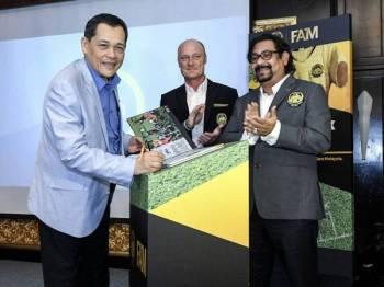 Presiden Persatuan Bola Sepak Malaysia (FAM) Datuk Hamidin Mohd Amin (kiri) menandatangani Buku Pelancaran Majlis DNA Bola Sepak Malaysia hari ini. - Foto BERNAMA