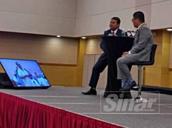 Azmi (kiri) mendengar soalan daripada peserta sewaktu Program Dialog Bajet 2020 Hab Pendidikan Holistik: Pemacu Agenda 'Selangor Maju Bersama' yang berlangsung di Hotel Tenera hari ini