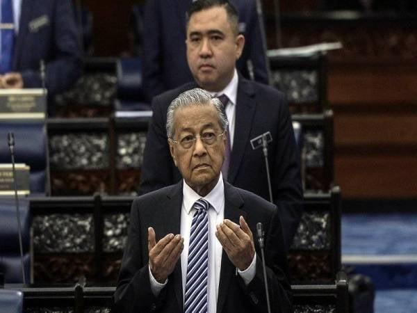 Perdana Menteri Tun Dr Mahathir Mohamad mengaminkan doa pada Persidangan Dewan Rakyat di Parlimen hari ini. - Foto Bernama