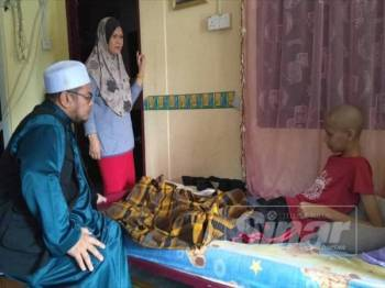 Azeem kini hanya mampu terlantar di katil selepas keadaan kesihatannya menurun akibat kanser tulang dihidapinya.