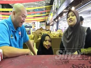 Aisyah (tengah) berbual mesra bersama Pengerusi Kelab Kebajikan Cakna Kelantan, Pui Tiong Lam (kiri) dan Nor Asidah (kanan) ketika dibawa bermain di Ocean Playground dan menikmati makanan segera di situ.