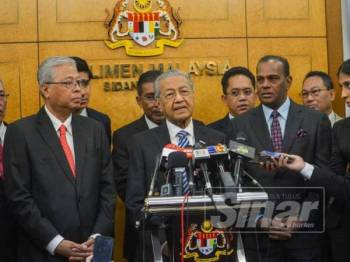 Perdana Menteri, Tun Dr Mahathir Mohamed bersama Ketua Pembangkang, Datuk Seri Ismail Sabri Yaakob dan pemimpin-pemimpin politik yang lain pada sidang media mengenai persepakatan persetujuan had mengundi diturunkan 18 tahun di Parlimen hari ini. - Foto Sinar Harian SHARIFUDIN ABDUL RAHIM